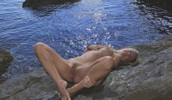 Imagem para Novinha loira nua na praia