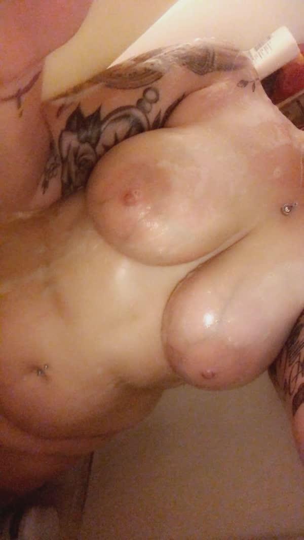 gordinha-tatuada-mostrando-os-peitos-deliciosos-5
