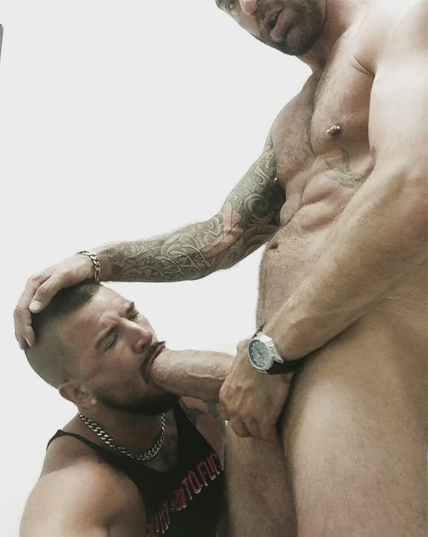 homens-safados-pagando-boquete-13