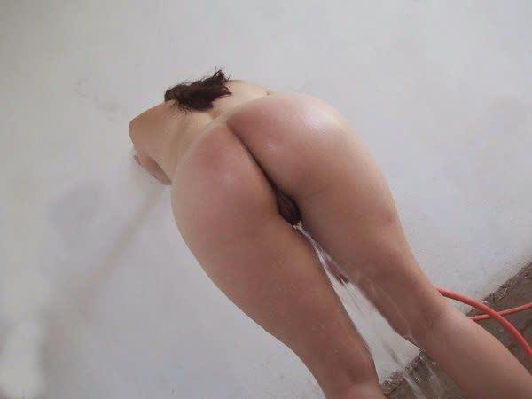 vagabunda-tomando-banho-de-mangueira-1
