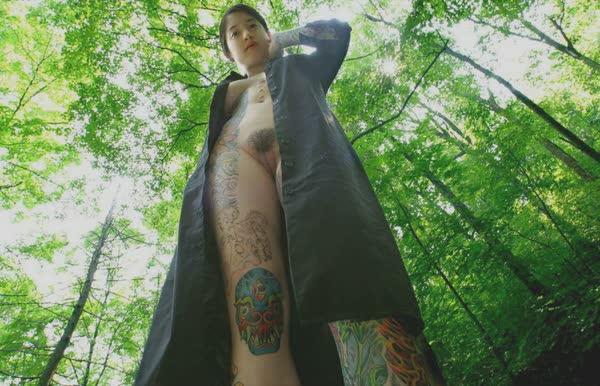 japonesa-tatuada-pelada-no-mato-11