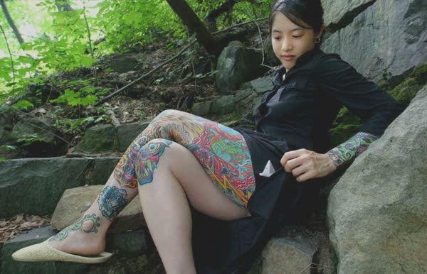 japonesa-tatuada-pelada-no-mato-16