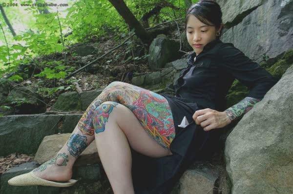 japonesa-tatuada-pelada-no-mato-2
