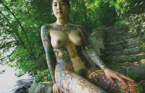 japonesa-tatuada-pelada-no-mato-5