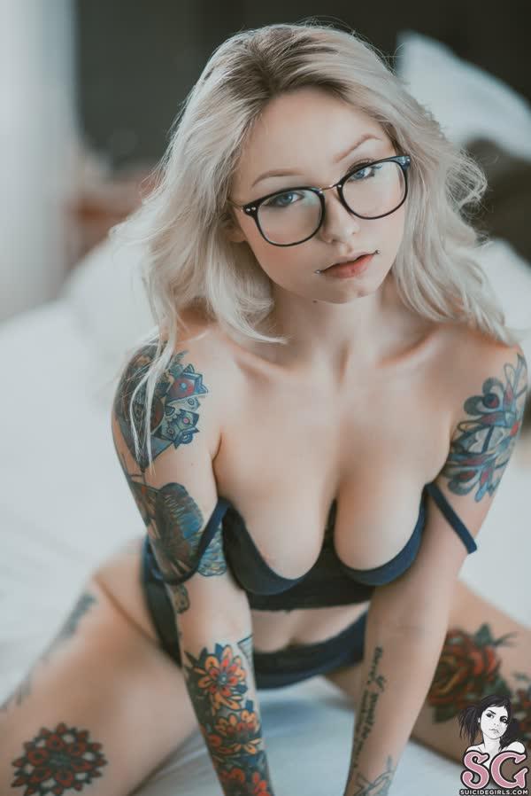 loirinha-tatuada-em-fotos-pelada-12