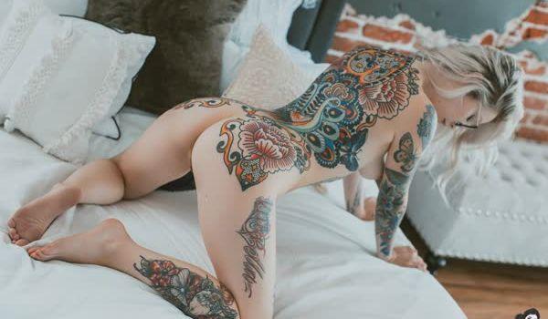 Loirinha tatuada em fotos pelada