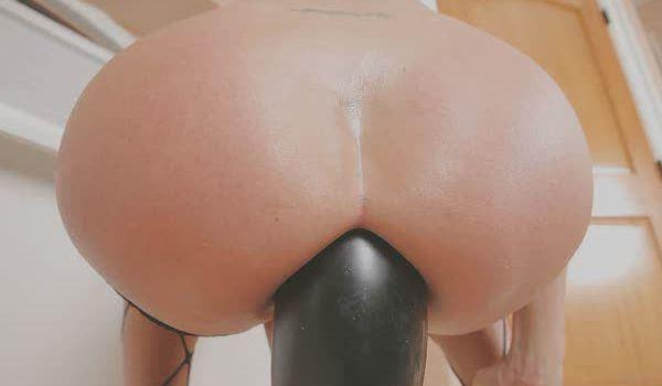 Puta socando um dildo grande no cu