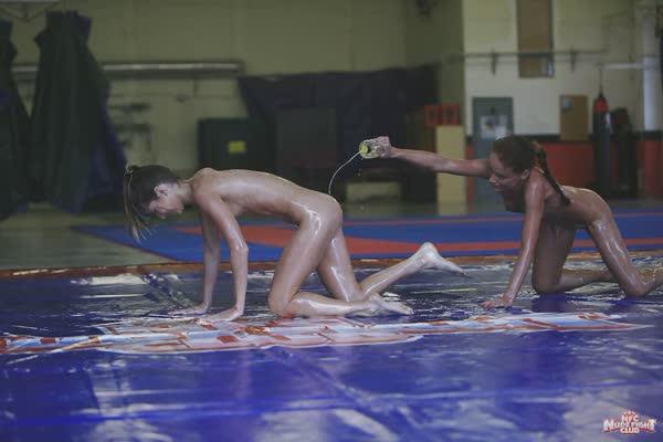 putinhas-em-uma-luta-erotica-16