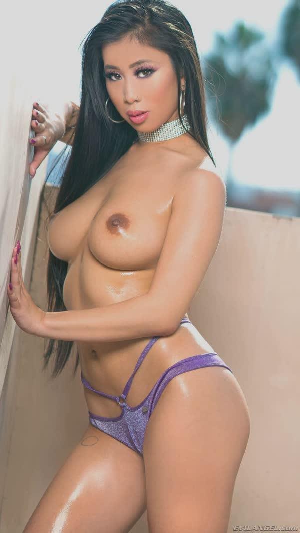 asiatica-linda-mostrando-os-peitos-7