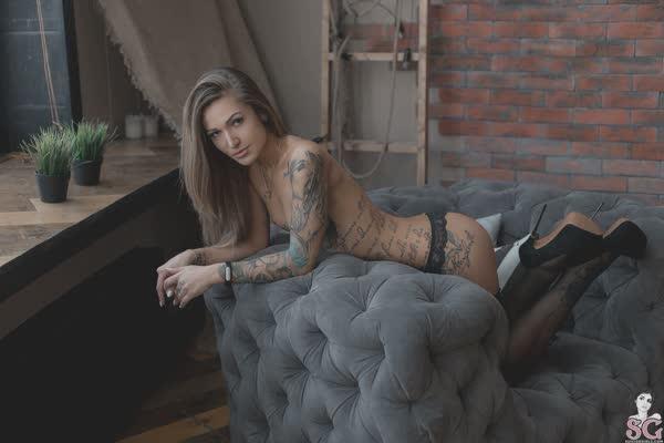 loira-magrinha-tatuada-13