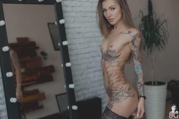 loira-magrinha-tatuada-9