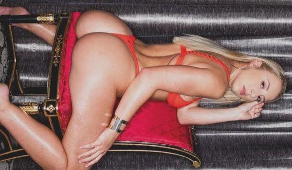 Loira gostosa de lingerie vermelha