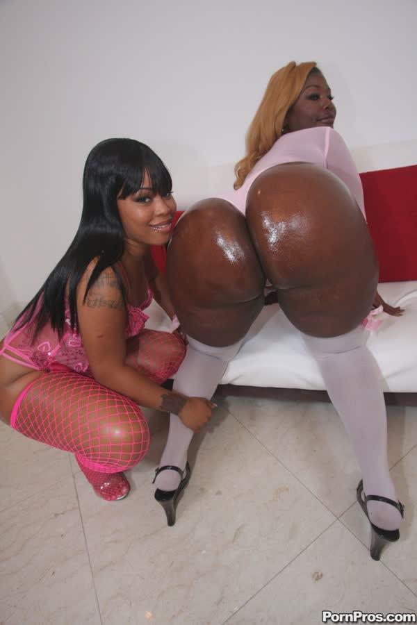 duas-negras-delicias-mostrando-as-bundonas-12