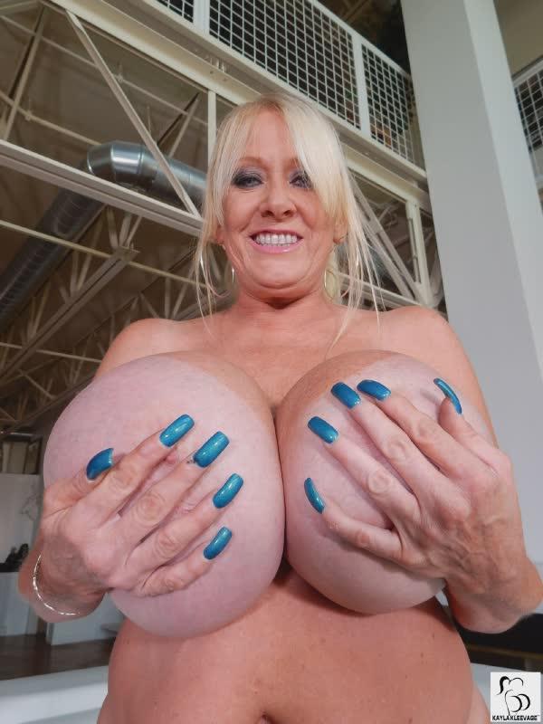 madura-segurando-os-peitoes-enormes-6