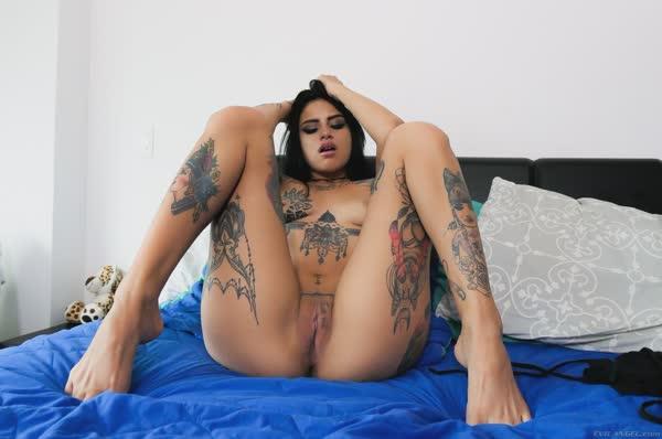 linda-latina-tatuada-mostra-a-xana-raspadinha-11