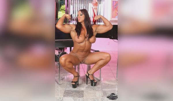 Mulher musculosa peladinha
