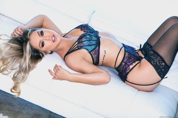 linda-loira-posando-de-lingerie-10