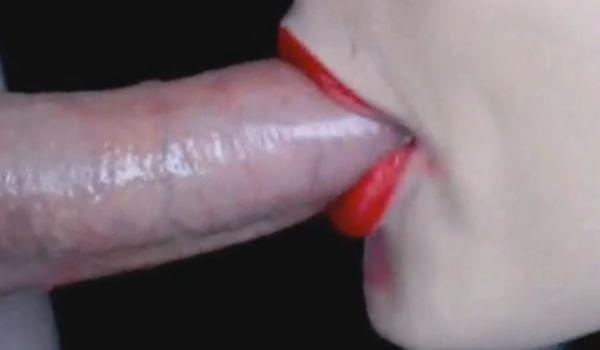 De batom vermelho ela adora dar umas mamadas