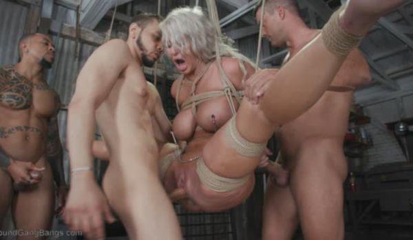 Loira madura adora trepar com vários homens