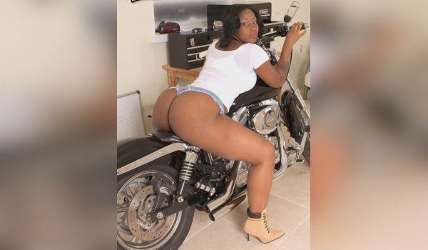 Imagem para Negra gostosa empinando o bundão na moto