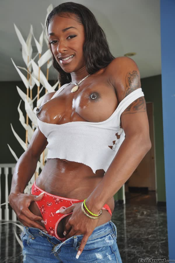 travesti-musculosa-se-mostra-peladinha-7