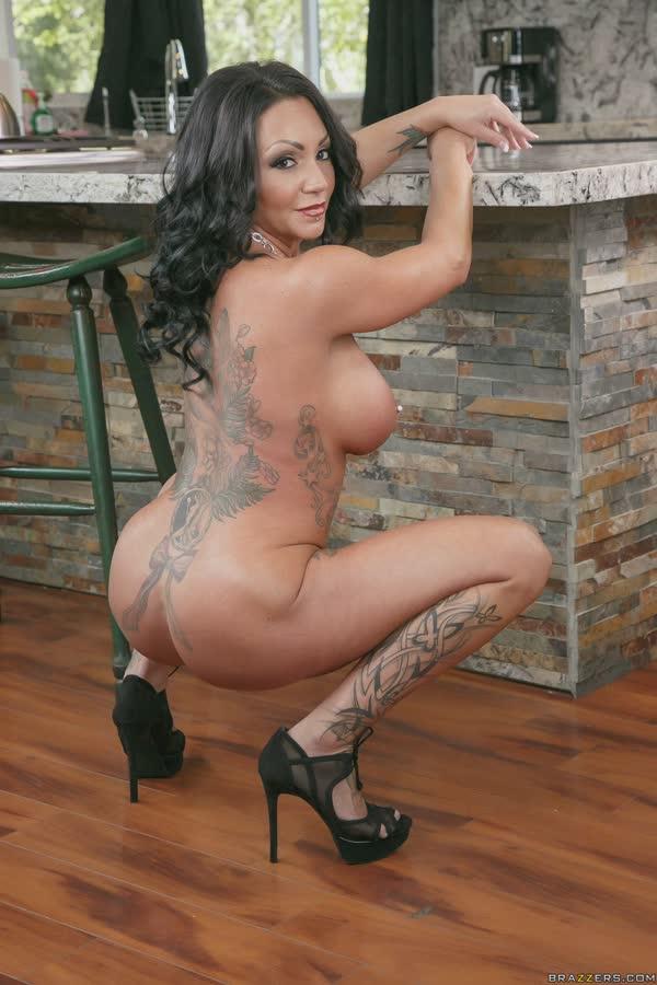 morena-tatuada-mostra-os-peitos-gostosos-13