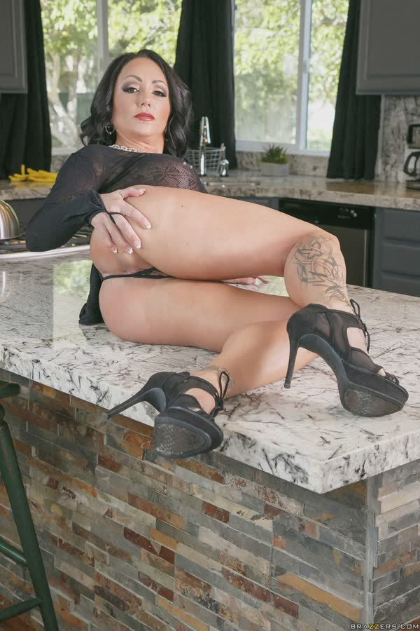morena-tatuada-mostra-os-peitos-gostosos-6
