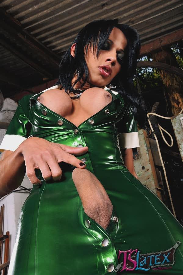 transsexual-bem-sensual-em-um-vestido-latex-10