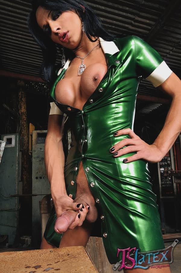 transsexual-bem-sensual-em-um-vestido-latex-19