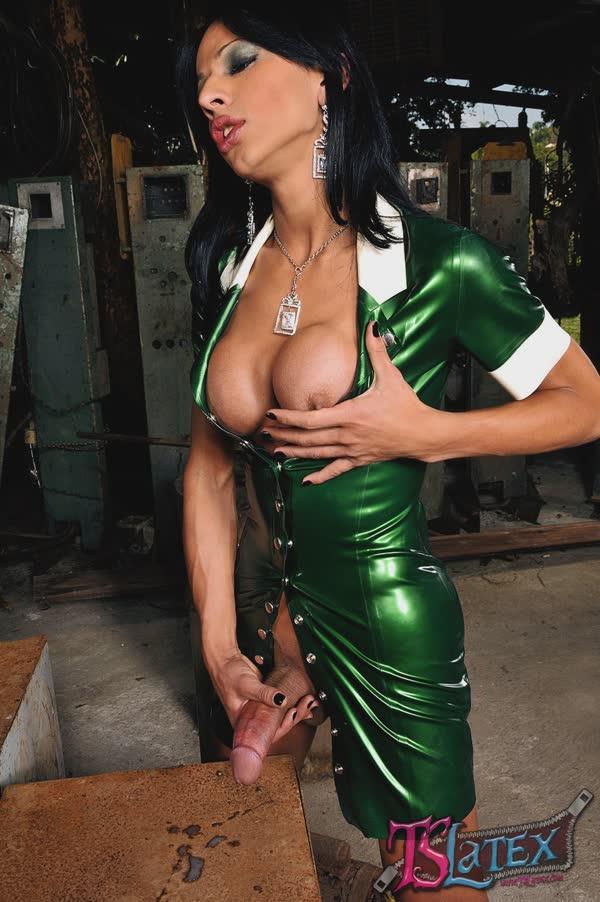 transsexual-bem-sensual-em-um-vestido-latex-20