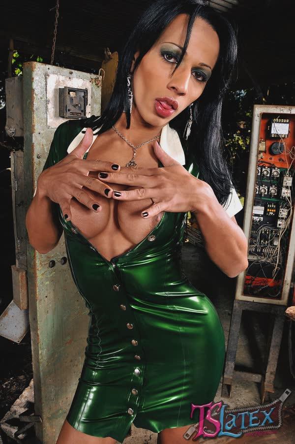 transsexual-bem-sensual-em-um-vestido-latex-6