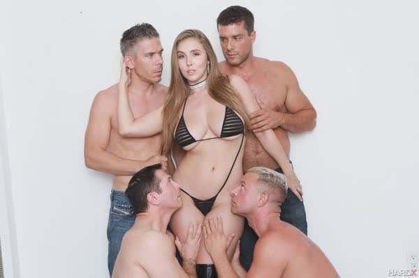 loira-peituda-em-um-sexo-grupal-1