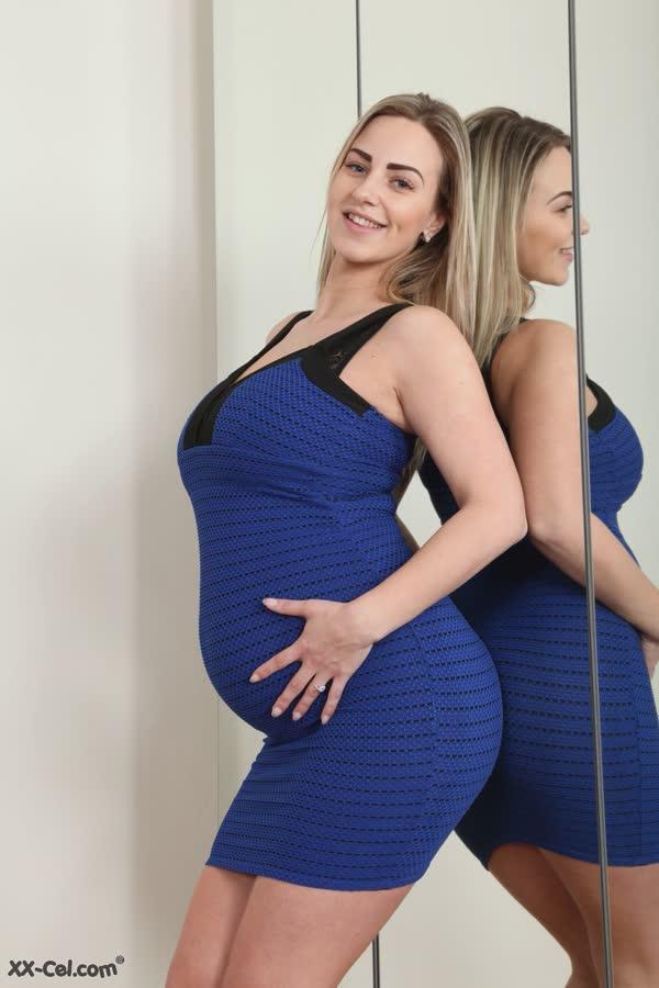 gravida-cheia-de-tesao-passa-oleo-no-corpo-1